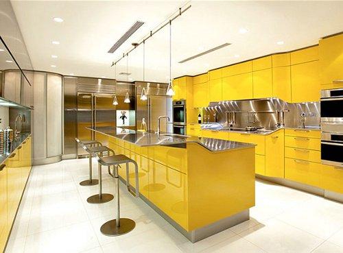 Cozinha moderna em ilha conjugando o amarelo com o inox