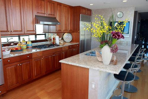 Decora��o da cozinha com flores na bancada