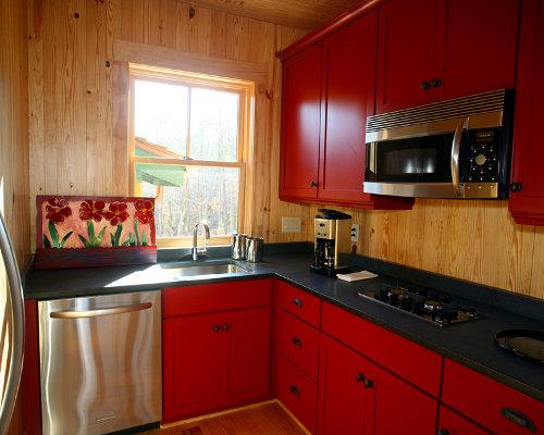 Cozinha de madeira em tons de vermelho