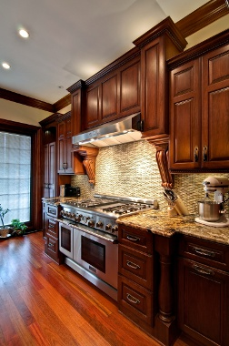 Cozinha tradicional com piso de madeira