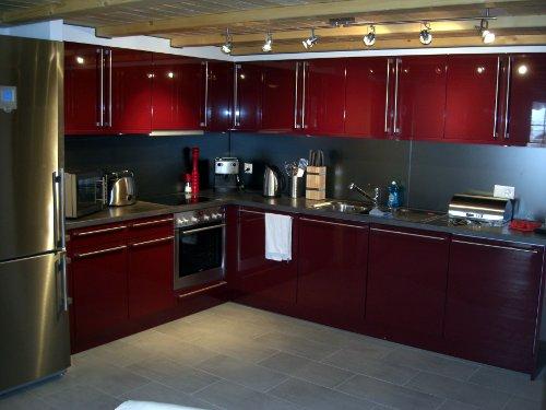 Cozinha moderna combina��o de vermelho com inox