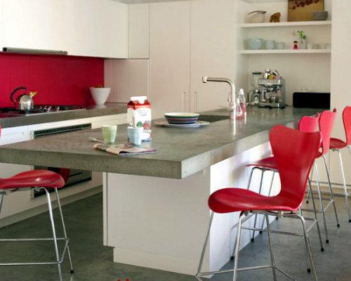 Ilha num cozinha cor de rosa