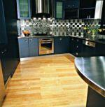 Cozinha com piso revestido de bambu