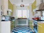 Cozinha com piso de padrão em xadrex